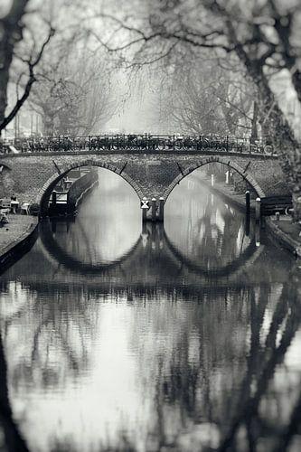 De Weesbrug over de Oudegracht in Utrecht in zwart-wit (1) van
