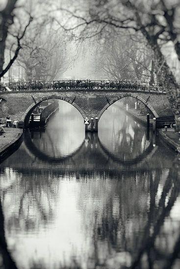 De Weesbrug over de Oudegracht in Utrecht in zwart-wit (1)