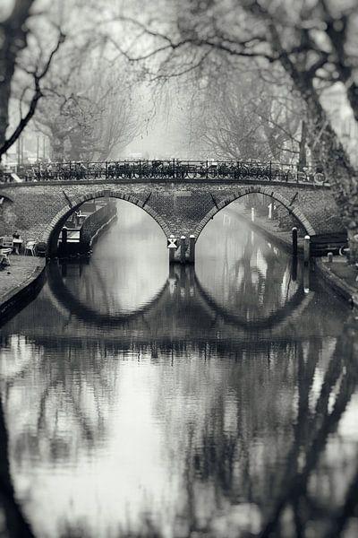 De Weesbrug over de Oudegracht in Utrecht in zwart-wit (1) van De Utrechtse Grachten