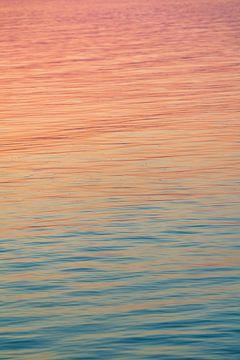 Regenbogenfarben im Wasser zum Sonnenuntergang. Am Balaton in Ungarn mit ruhigem Wasser