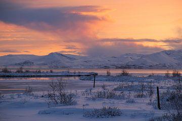 Zonsondergang in een besneeuwd IJsland van Marcel Alsemgeest
