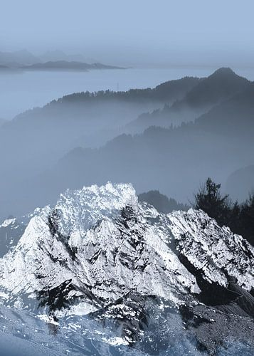 FOGGY BLUE MOUNTAINS v2 van Pia Schneider