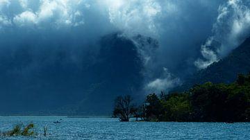 Rollende wolken (Atitlan Guatemala) van Loraine van der Sande