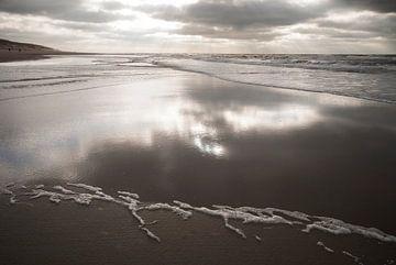 Terugtrekkend water / strand van Texel van Margo Schoote