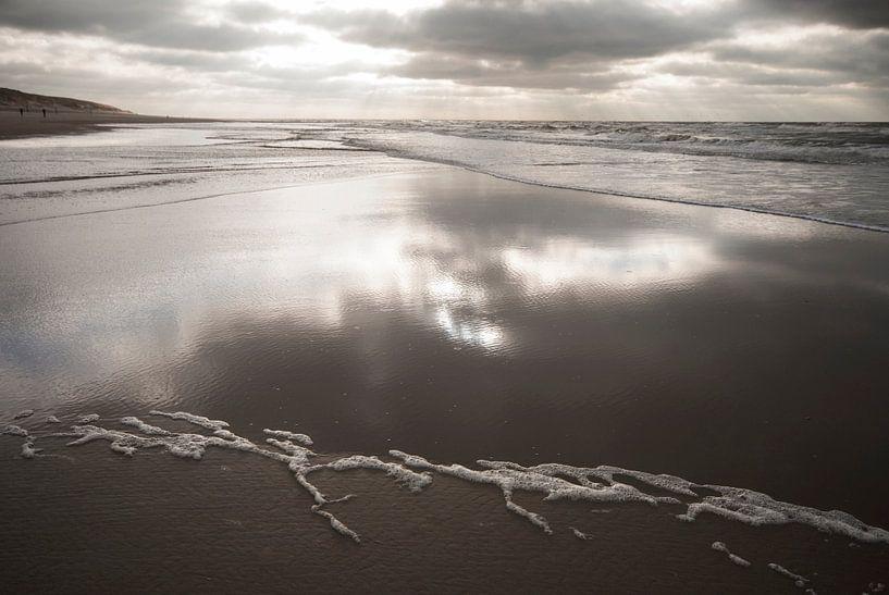 Terugtrekkend water / strand van Texel von Margo Schoote