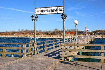 Die Seebrücke im Ostseebad Wustrow von Gisela Scheffbuch