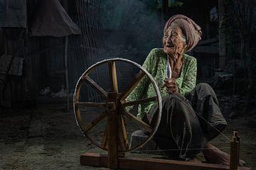 Vieille femme balinaise avec son rouet dans un petit village près d'Ubud, à Bali. sur Anges van der Logt