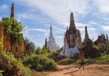 Stoepa's bij Shwe Indein Pagoda in de buurt van Inle Lake, Myanmar van Teun Janssen