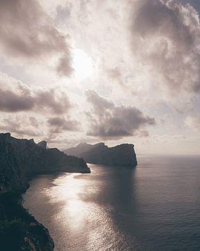 Le littoral accidenté du nord-est de Majorque avec des nuages dramatiques sur Michiel Dros