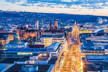 Stuttgart mit der Königstrasse am Abend von Werner Dieterich