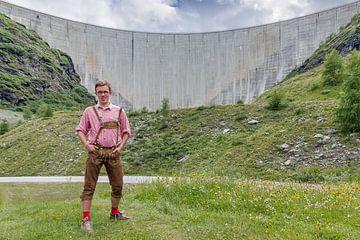 Lederhose voor de dam in Zwitserland