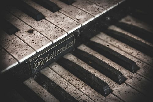 Een oude piano in een verlaten boerderij van