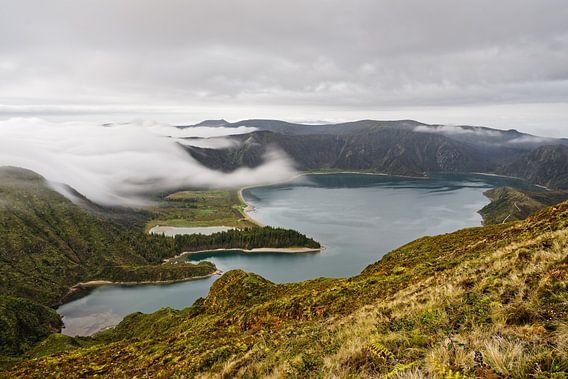Vulkankrater mit Wolken