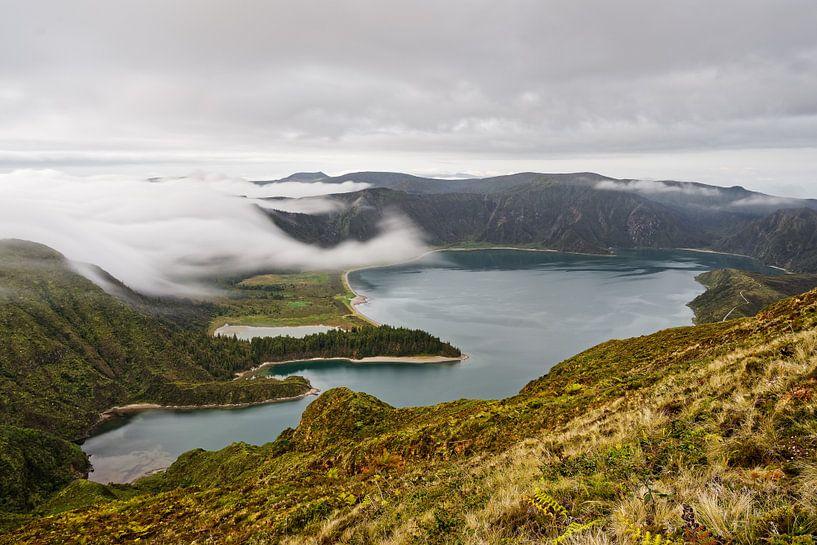 Vulkaankrater met wolken van Ralf Lehmann