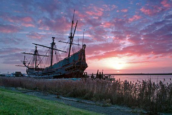 bataviaschip bij zonsondergang