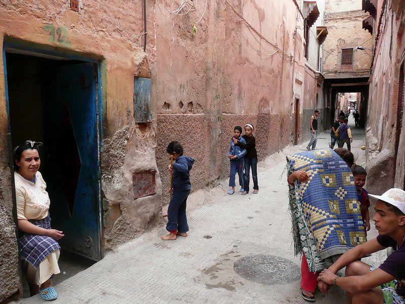 Straatbeeld Marokkaans stadje van Gonnie van de Schans