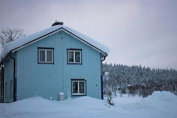 Blue house Lapland van Lucas Planting