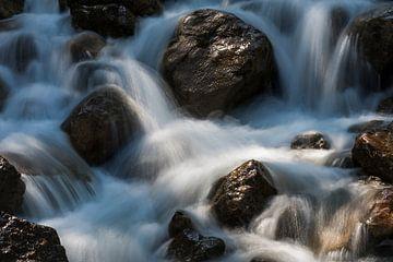 Schnell fließenden Bach in der Sonne von Daan Kloeg