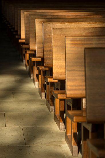 Kerkbanken in het ochtendlicht