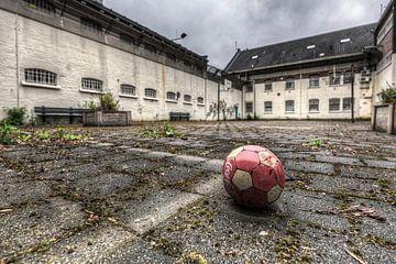 Bal op Luchtplaats van leegstaande gevangenis Schutterswei in Alkmaar van