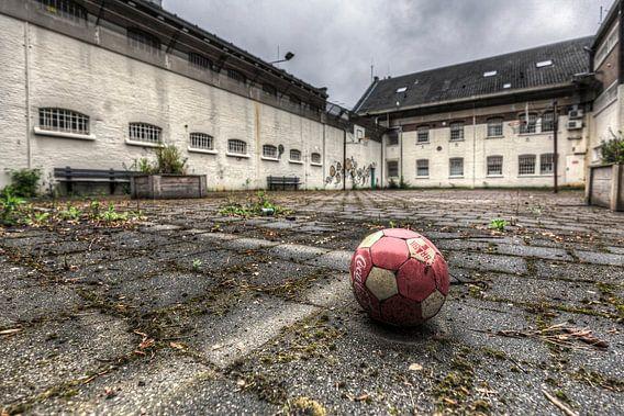 Bal op Luchtplaats van leegstaande gevangenis Schutterswei in Alkmaar van Sven van der Kooi
