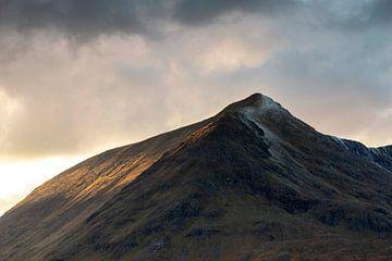 Dramatische Wolken mit der Sonne, die durch das schottische Hochland bricht von Guido Boogert