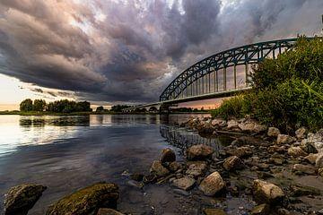 Donkere wolken boven de IJsselbrug van Jan Willem Oldenbeuving