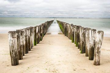 Strandpalen in Zeeland van Mark Bolijn