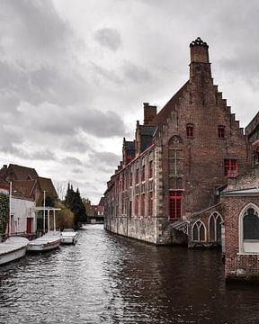 Grachtenpand in Brugge, België van Kim de Been