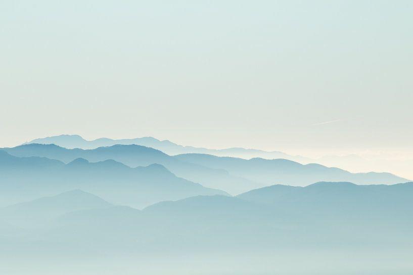 Misty mountains van Claudia van Zanten