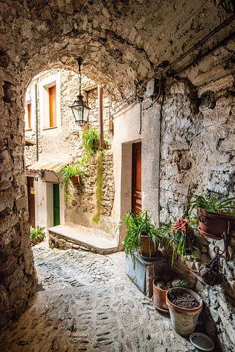 Authentiek steegje in Isolabona, Italië