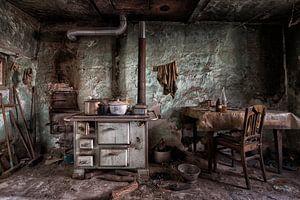 Ouderwetse keuken in verlaten pand