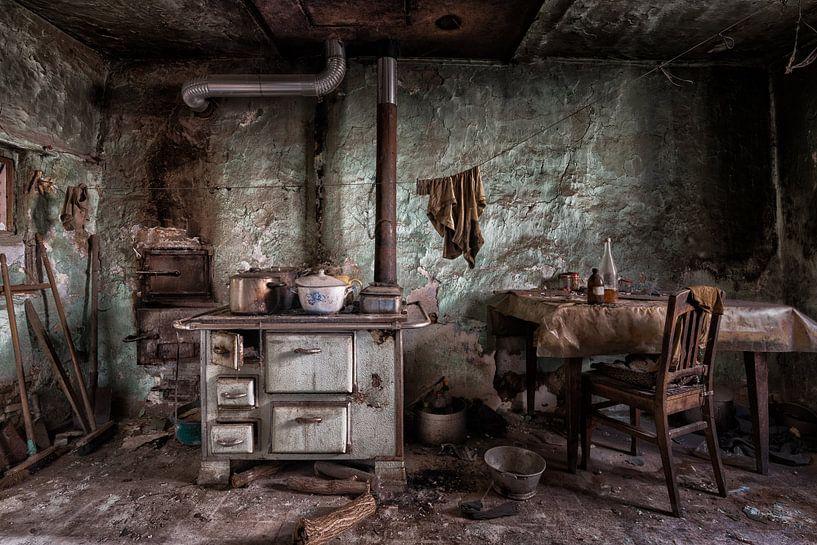 Ouderwetse keuken in verlaten pand van Beyond Time Photography