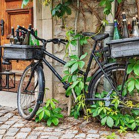 Ein schwarzes Fahrrad lehnt gegen eine Hauswand. von Gunter Kirsch