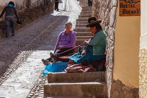 Handweven op de stoep, Cuzco, Peru, Zuid Amerika van Martin Stevens