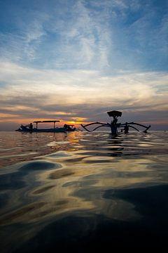 Traditionele Balinese boten (Jukung) bij zonsondergang  von Willem Vernes