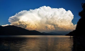 Onweerswolk Lago Maggiore van Dennis van de Water