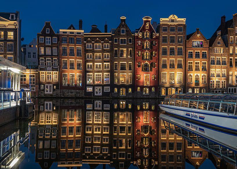 Damrak Amsterdam na zonsondergang van Remy Kremer