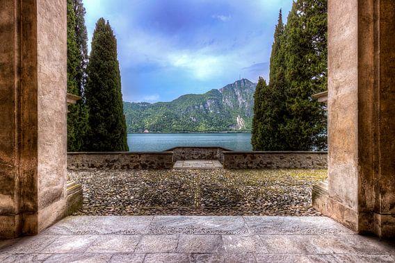 Symmetrie Doorkijk en uitzicht landschap meer Italie in de zomer en lente lake lugano lago di lugano van Sven van der Kooi