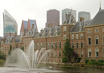 Binnenhof en moderne skyline Den Haag van