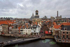 Oude binnenstad Leiden waar Oude Rijn en Nieuwe Rijn samenvloeien van Carel van der Lippe