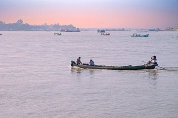 Irrawady-Fluss in Myanmar bei Sonnenaufgang von Nisangha Masselink