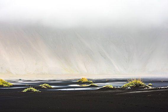 IJsland - Vestrahorn in de wolken van Henk Verheyen