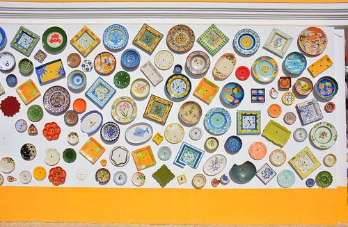 Kleurrijke gevel keramiek winkel in de Portugese Algarve