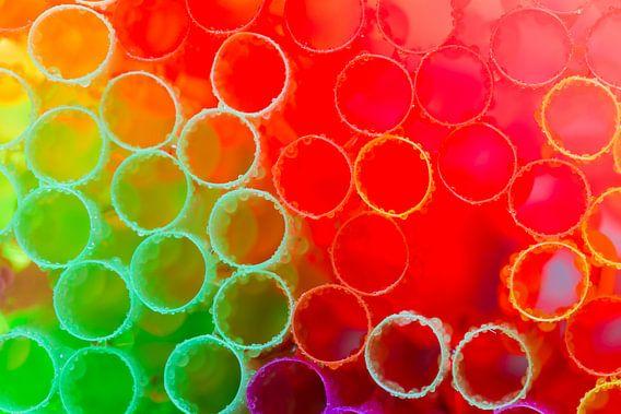Groen, rood en paars gekleurde rietjes met waterdruppels