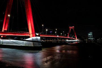 Avondbeeld van de Willemsbrug in Rotterdam. van Eric de Jong
