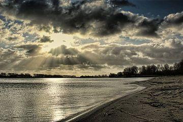 Achter de wolken schijnt de zon van Wilma Overwijn