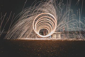 Vuurwerk spiraal langs de rivier bij Rhenen van Fotografiecor .nl