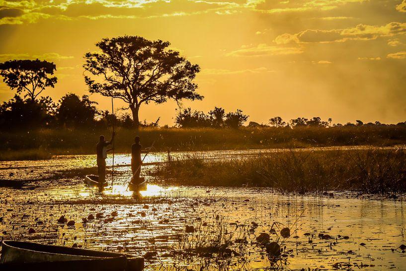 Schitterende zonsondergang en traditionele mokoro's in de  Okavango Delta, Botswana van Original Mostert Photography