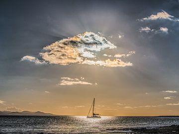 Zeilboot en zonsondergang met Famara op Lanzarote op de achtergrond sur Harrie Muis